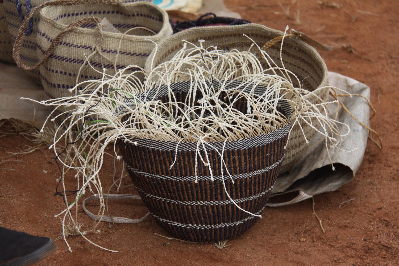 Recipiente-en-proceso-de-tejido-con-varillas-y-yute-entremezclados-en Kenya