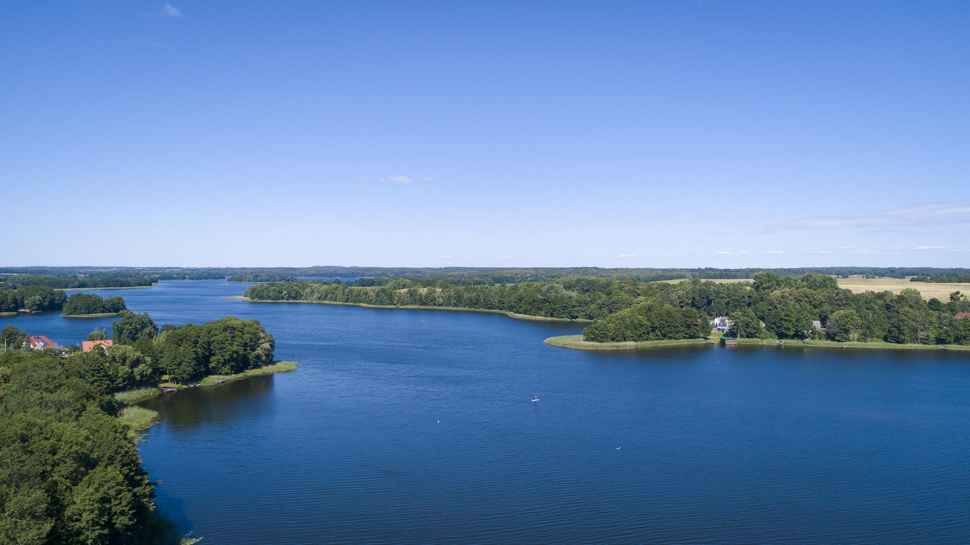 vista-aerea-de-agua-campos-y-cielo