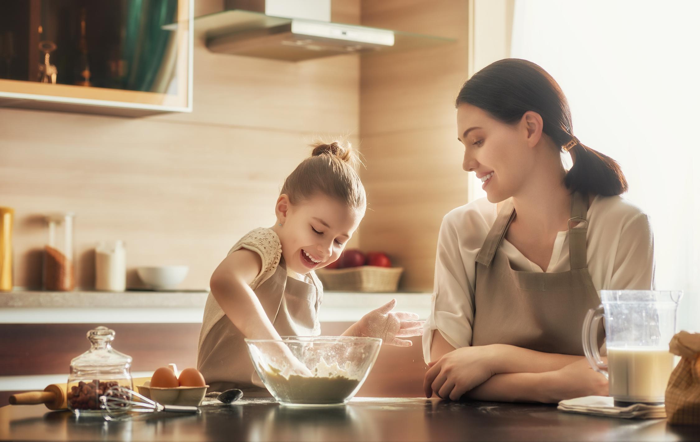 Mujer-y-niña-en-cocina-de-estilo-nordico-de-madera-natural