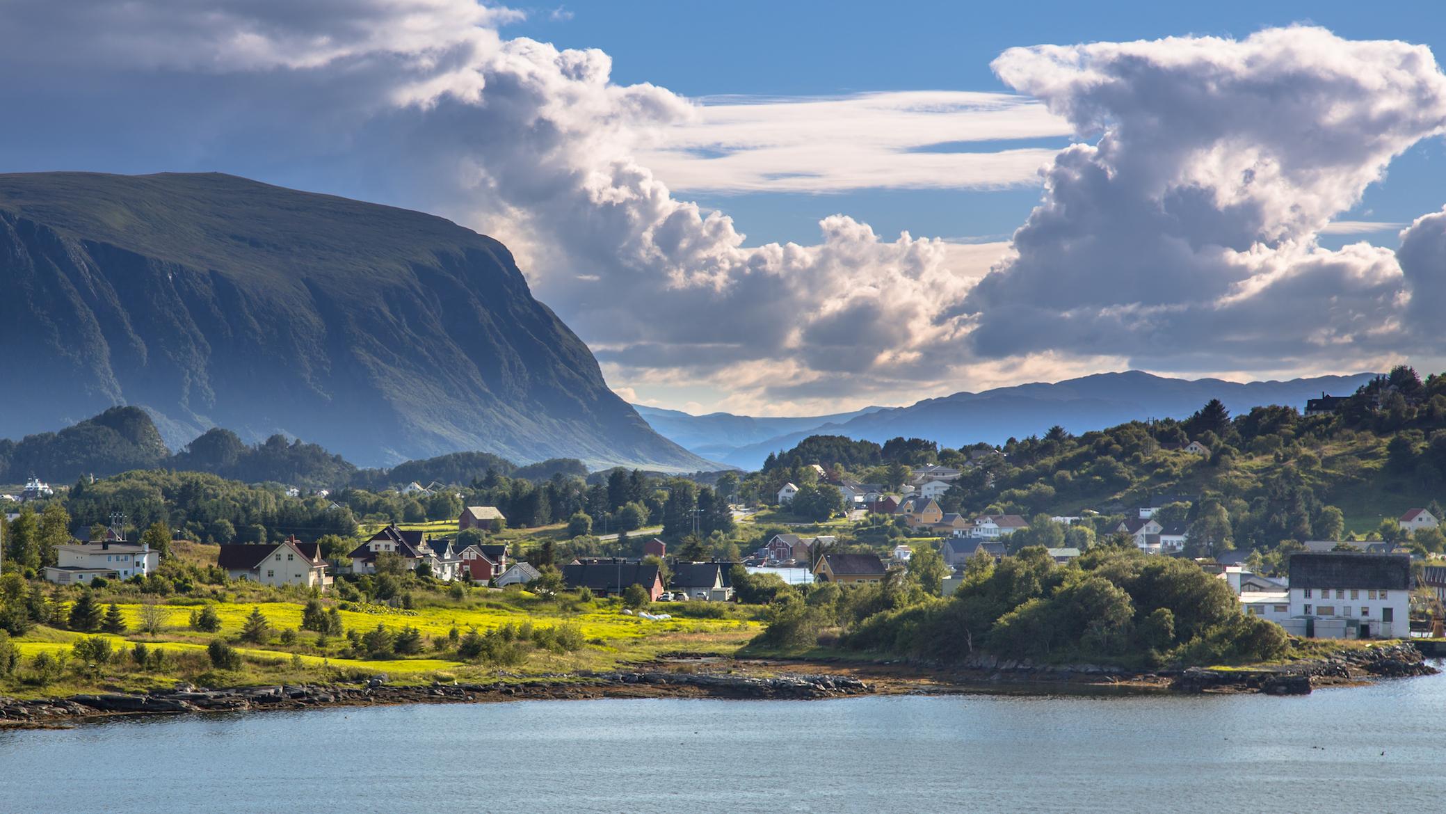 paisaje-y-pueblo-en-Noruega-el estilo-nordico-coincide-bastante-con el-estilo-de-hogar-sostenible