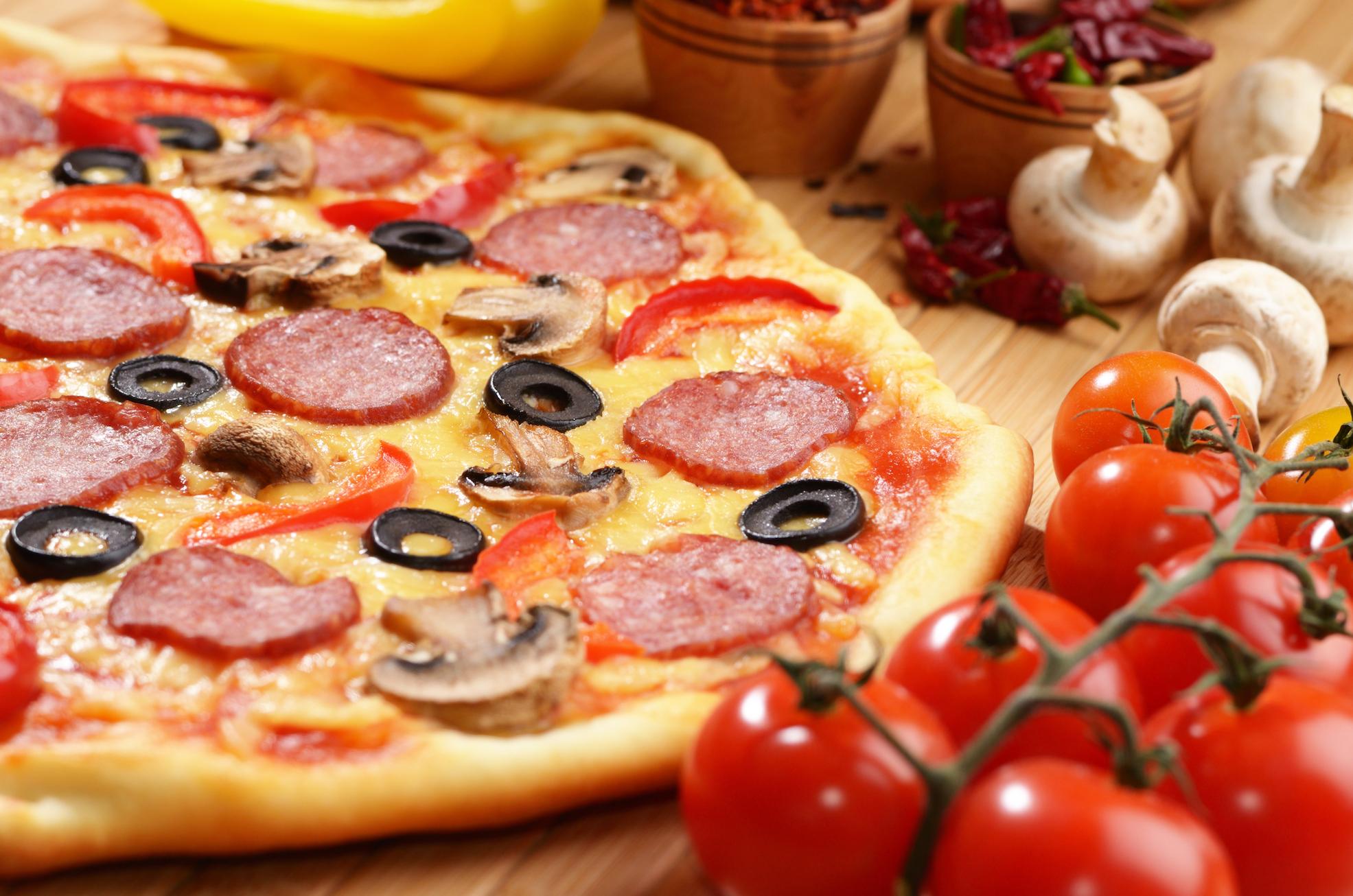 apetitosa-pizza-pepperoni-sobre-tabla-de-bambú