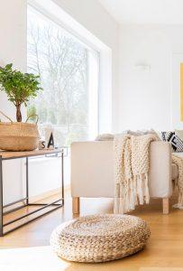 puff-manta-sofa-y-macetero-realizados-con-materias-naturales-propios-de-hogar-sostenible-o-ecologico