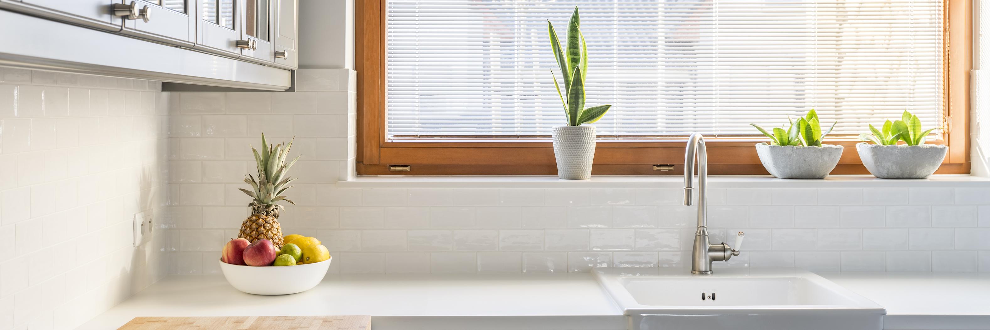 ventana-de-cocina-blanca-estilo-nordico-cuida-la-luz-y-combina-con-materias-naturales-como-el-hogar-sostenible