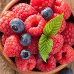 tazon-de-madera-conteniendo-frutos-rojos-naturales--frambuesas-arandanos-etc