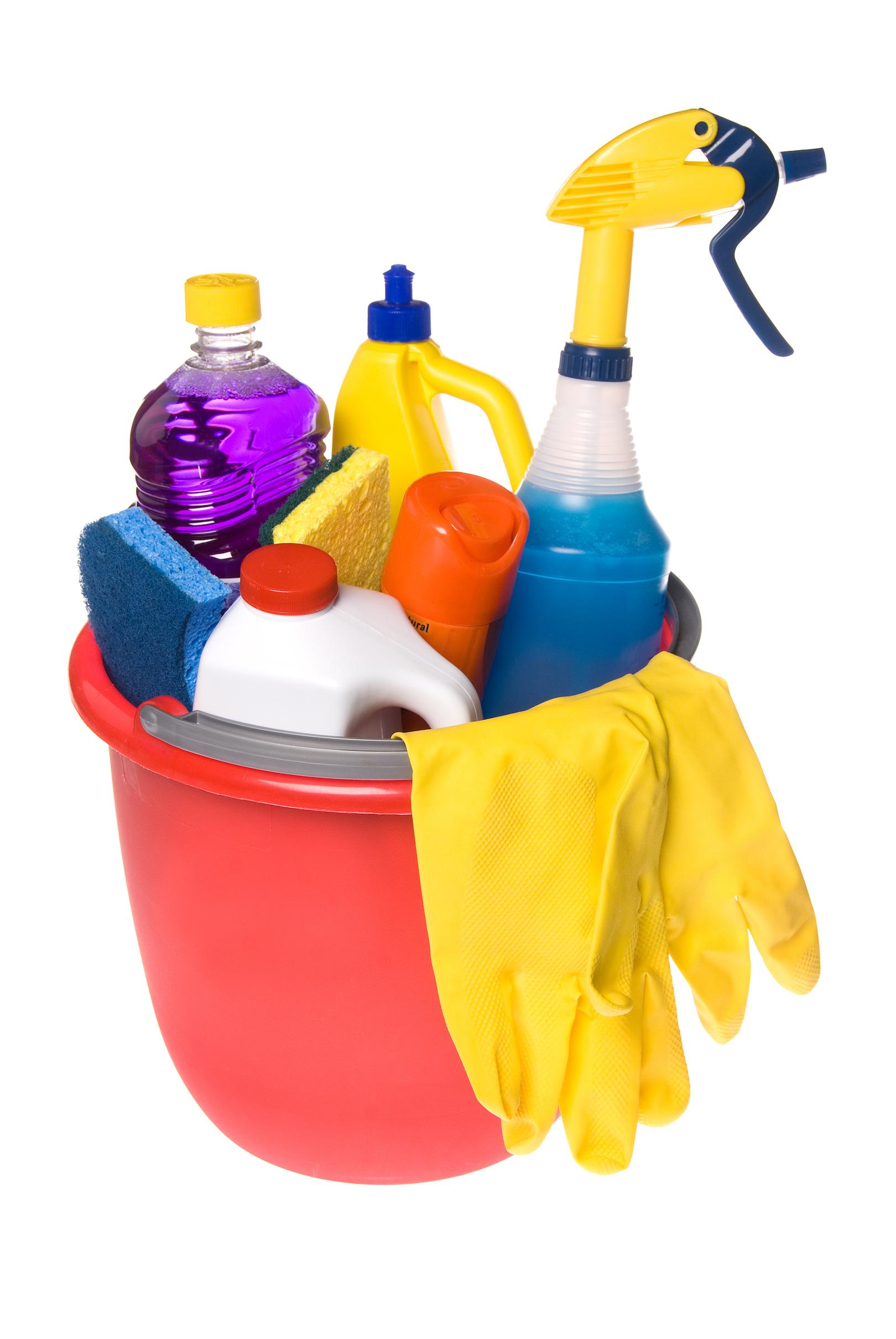 cubo-de-plastico-lleno-de-productos-para-limpieza