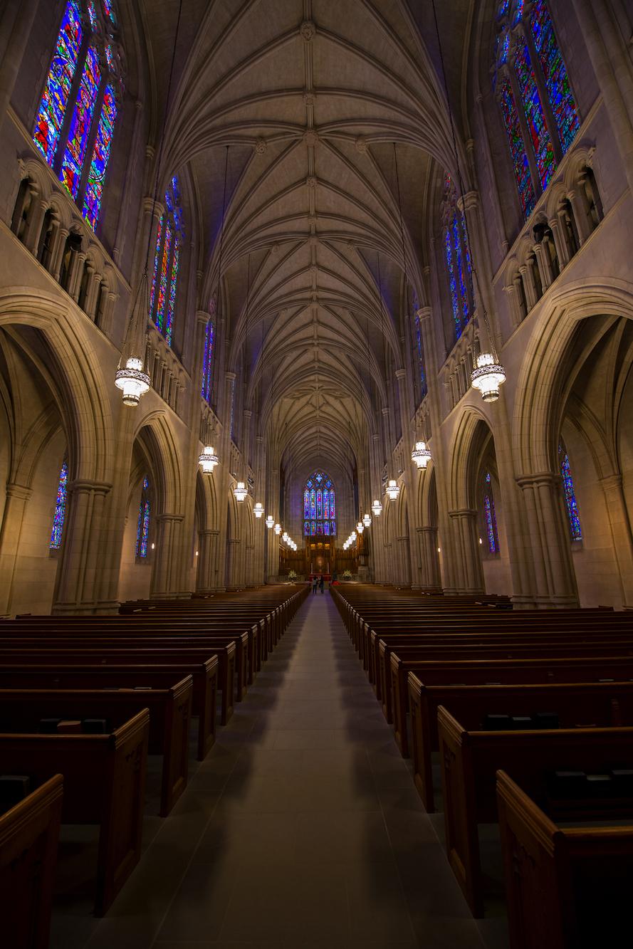 interior-de-catedral-gotica-iluminado