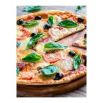 pizza-en-plato-de-madera-de-zebrano