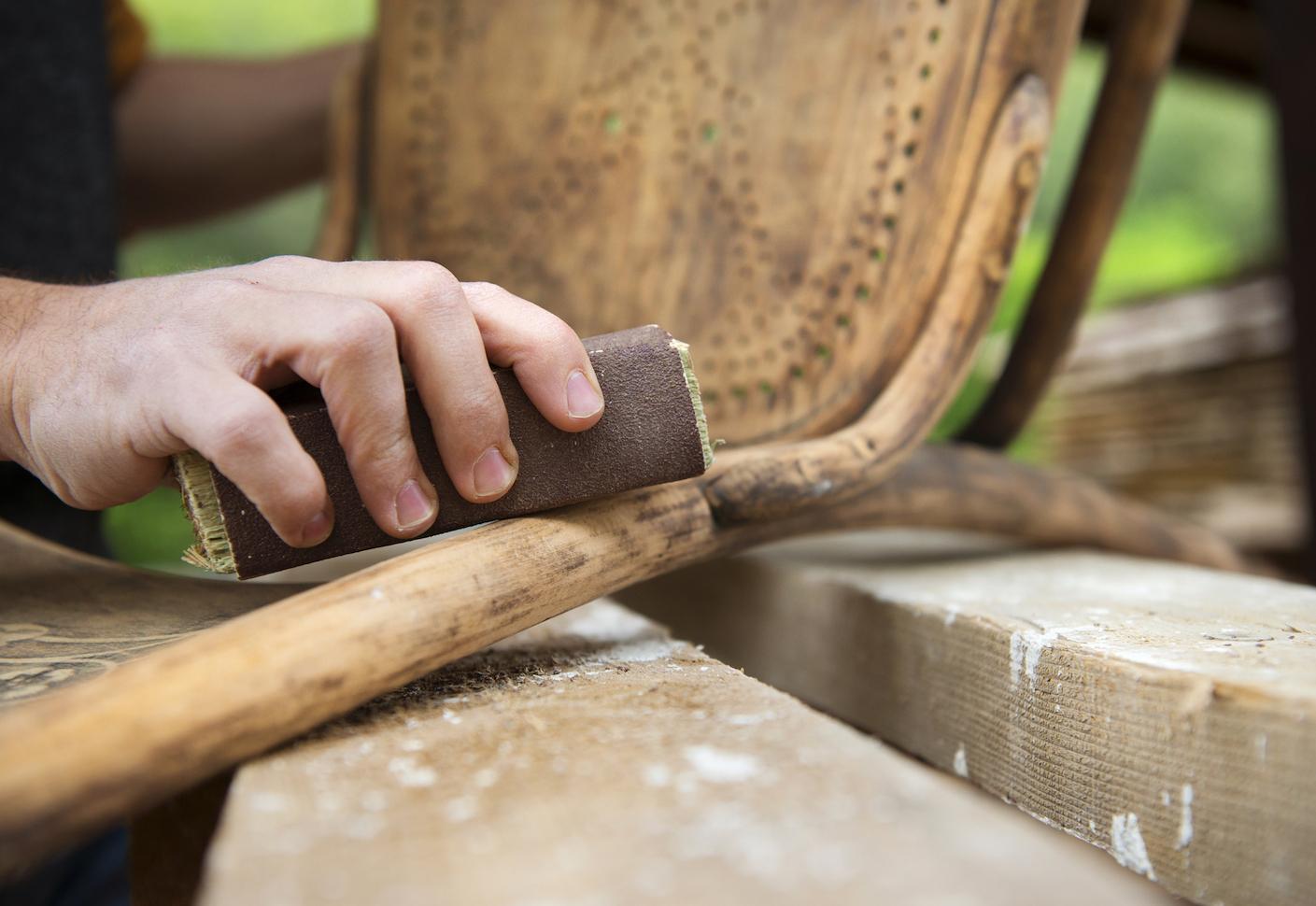 hombre-lijando-la-madera-de-una-silla