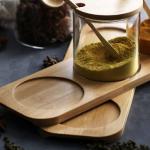 soporte-de-madera-conteniendo-dos-especieros-de-vidrio-con-condimentos-de-color-amarillo-y-azafran