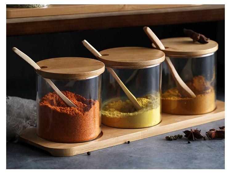 tres-especieros-de-vidrio-con-tapa-de-madera-y-cucharilla-de-madera-