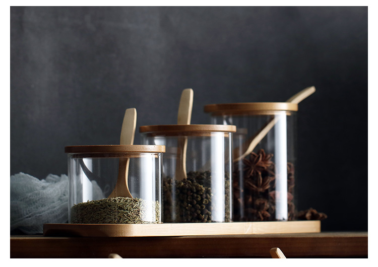 conjunto-de-tres-especieros-de-vidrio-de-distintos-tamaños,en-soporte-de-madera