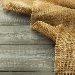 tela-de-yute-sobre-plataforma-de-madera