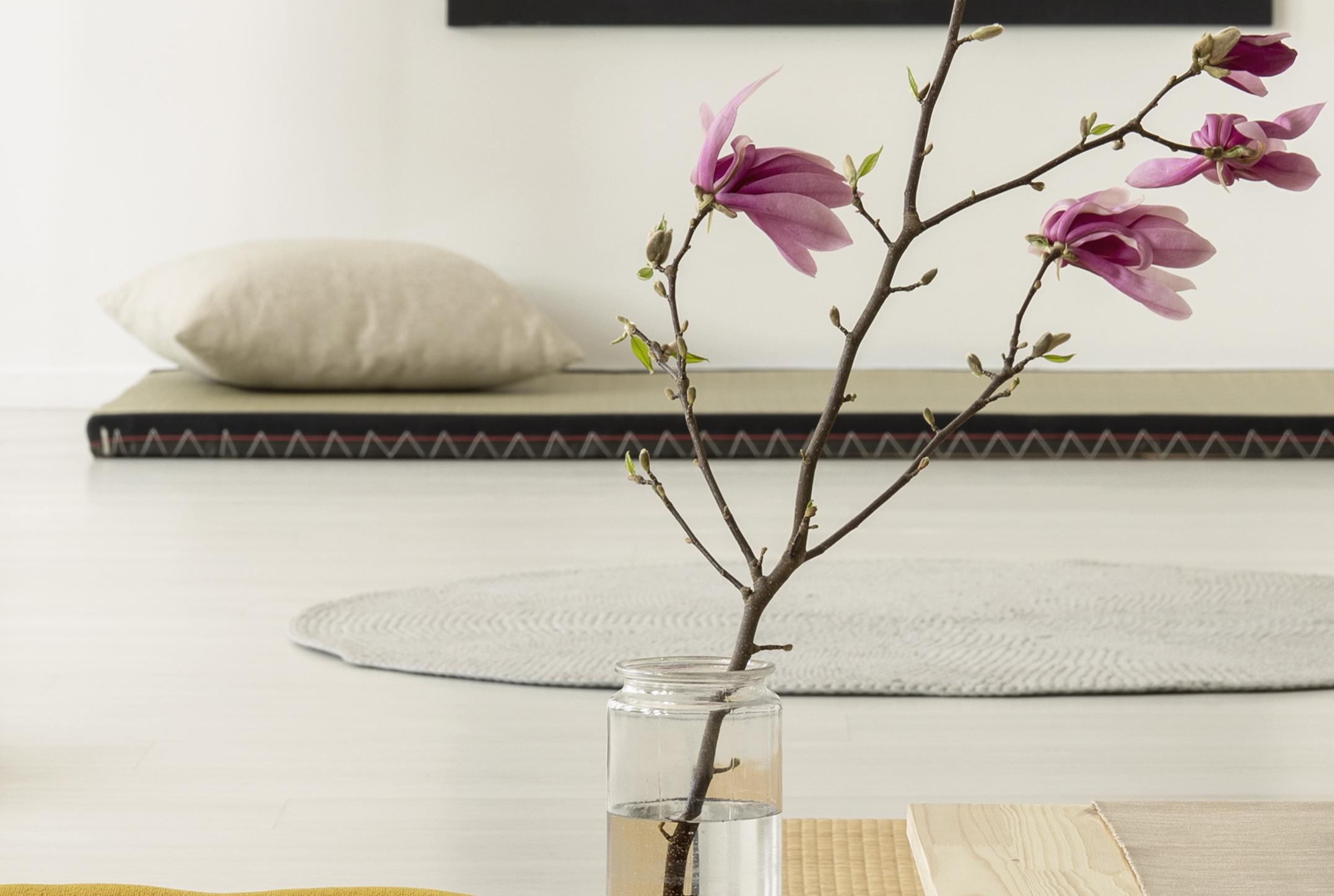 flres-rosas-y-al-fondo-tatami-y-almohadon