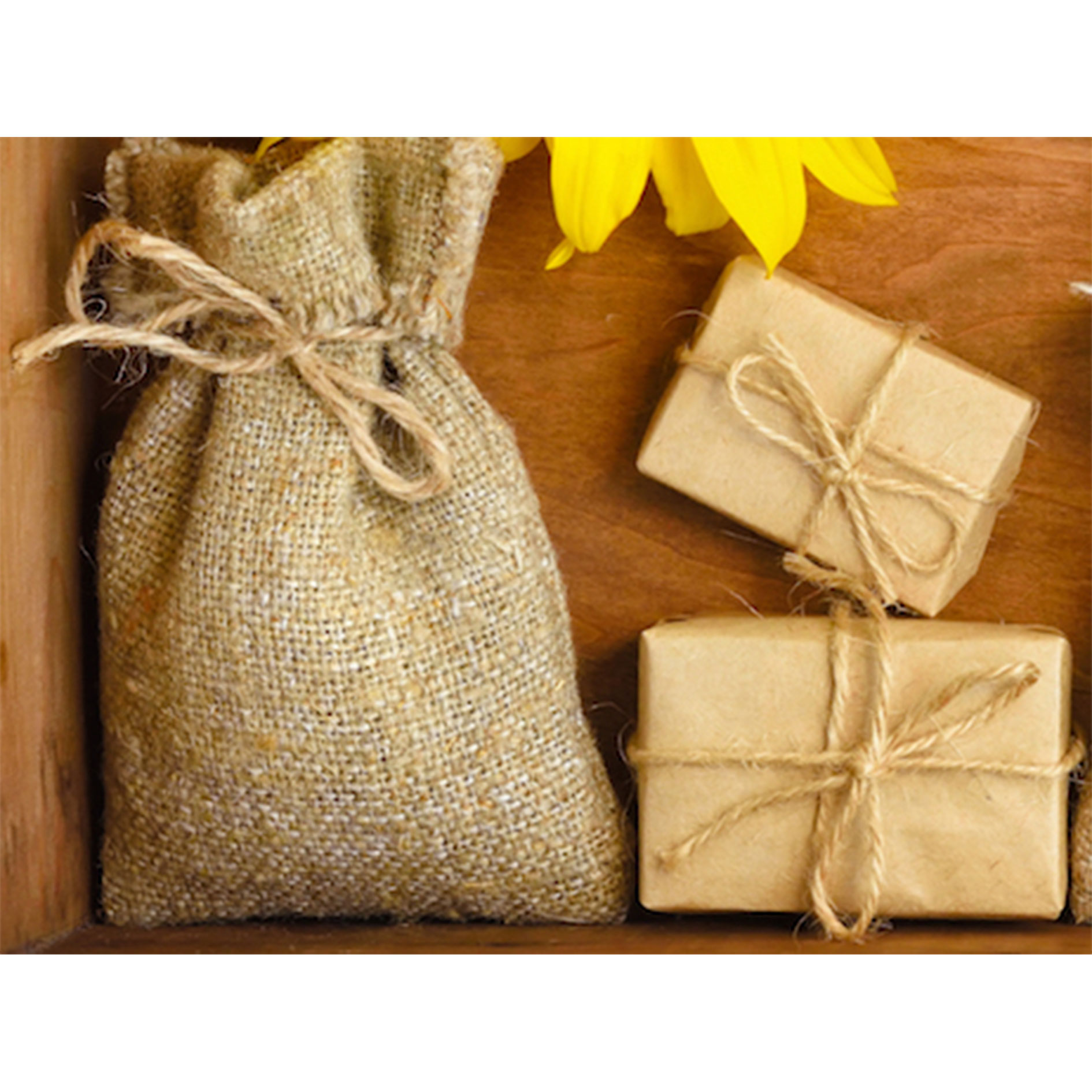 bolsita-de-tela-de-yute-y-dos-paquetitos-envueltos-para-regalo